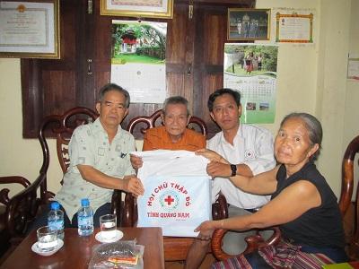 Đoàn thăm gia đình đ/c Bô Nhơn – Lê Viết Muồng lão thành cách mạng Việt-Lào đang sinh sống tại Sê Koong.